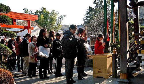 日本新年习俗:到神社参拜辞旧迎新